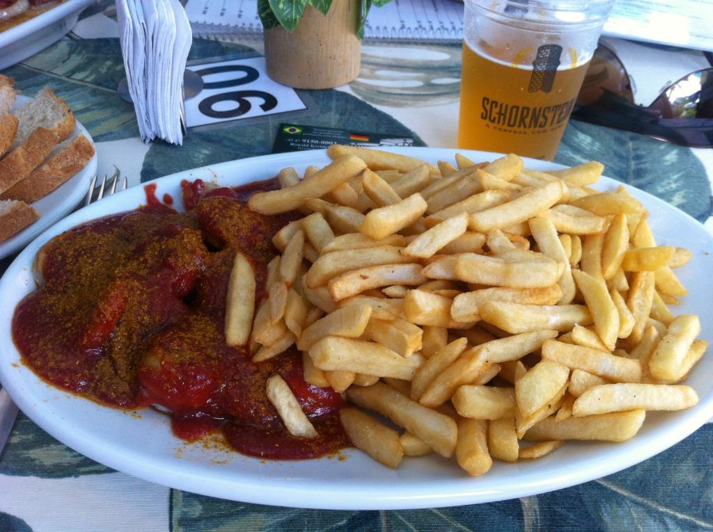 """echte brasilianische Currywurst mit Bier der Marke """"Schornstein"""""""