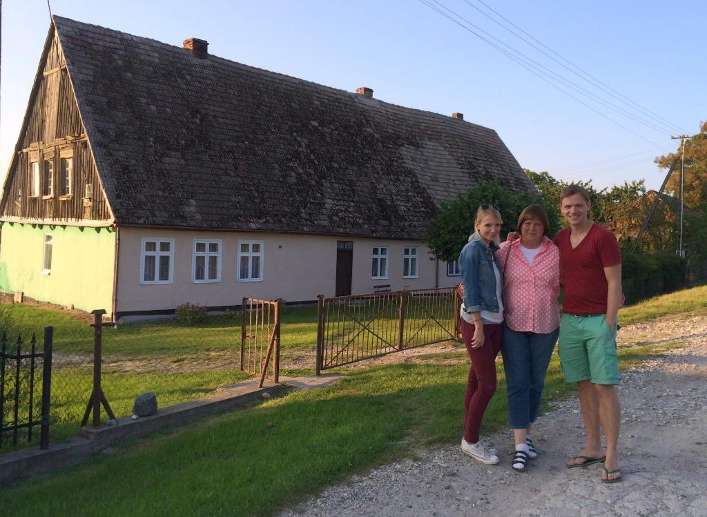 """Drei lächelnde """"Hackbarts"""" vorm alten Haus der Oma. Irgendwo in Pomorze, Polen (fotografiert vom Vati)"""